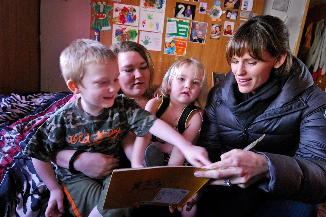 Jennifer Garner reading with a family in West Virginia. Photo credit: Save the Children